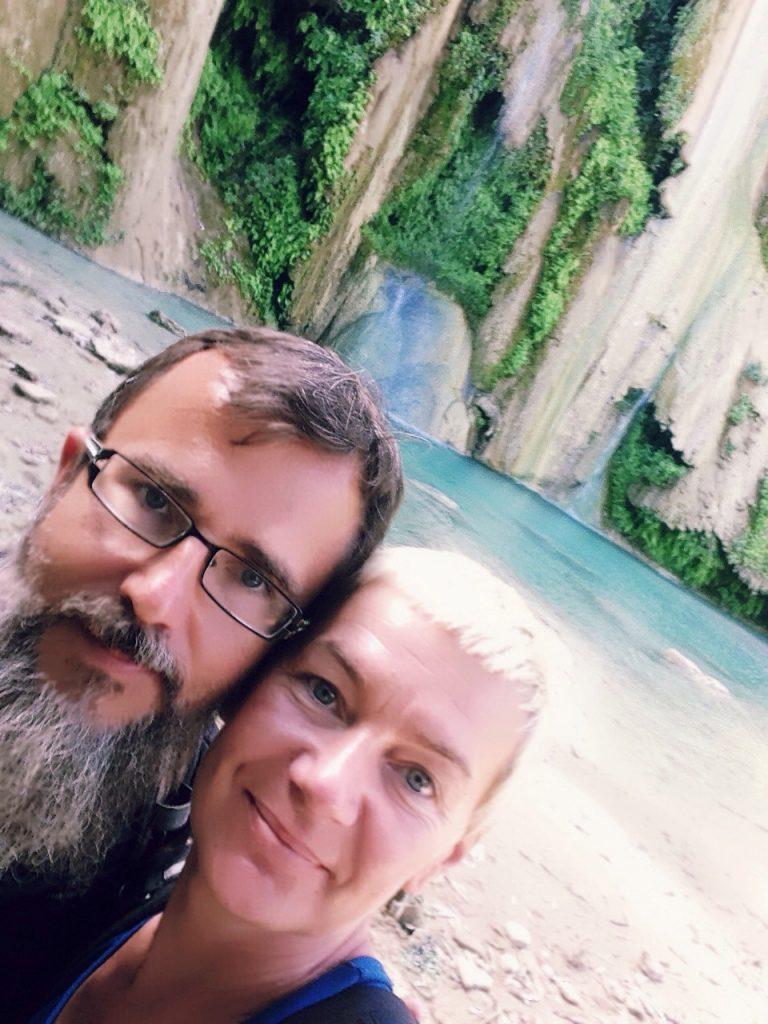Marcin i Monika przy turkusowym wodospadzie w Meksyku